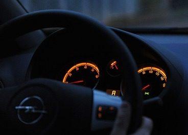 Piso no freio e acende o painel